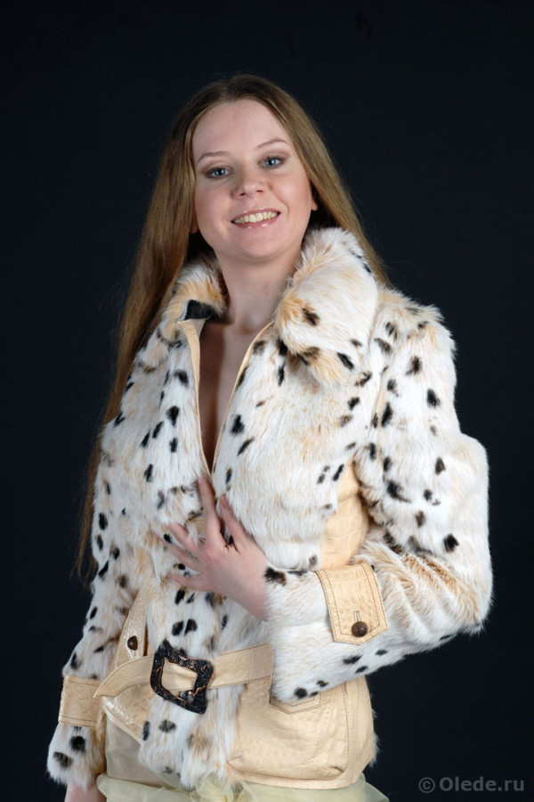 Куртка из меха кролика с кожаным поясом - вид спереди - Куртка из меха