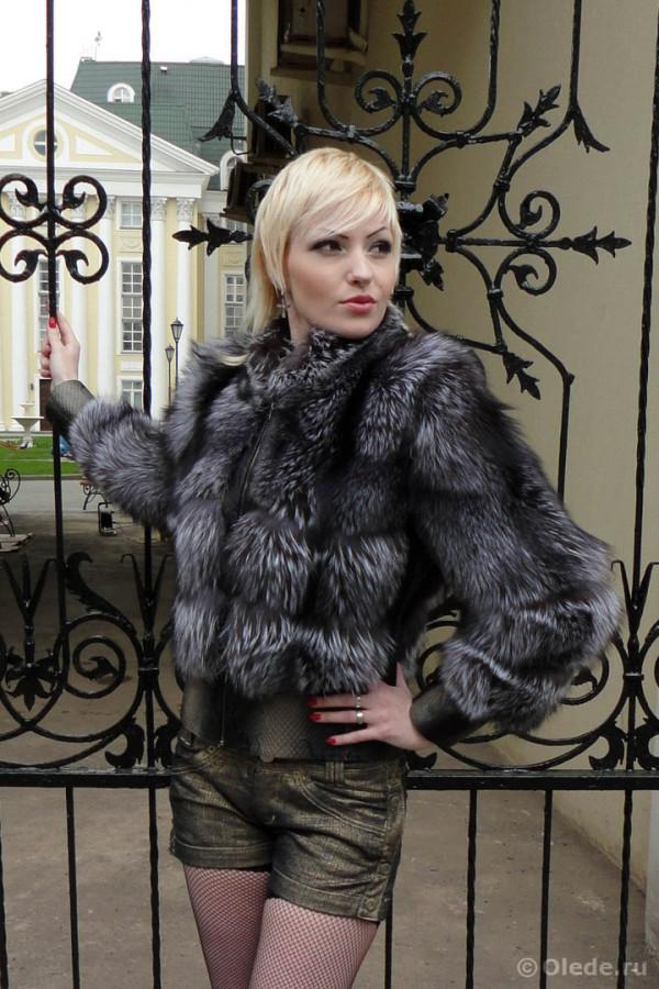 Куртка из лисы чернобурки с меховыми рукавами и кожаной отделкой под питона