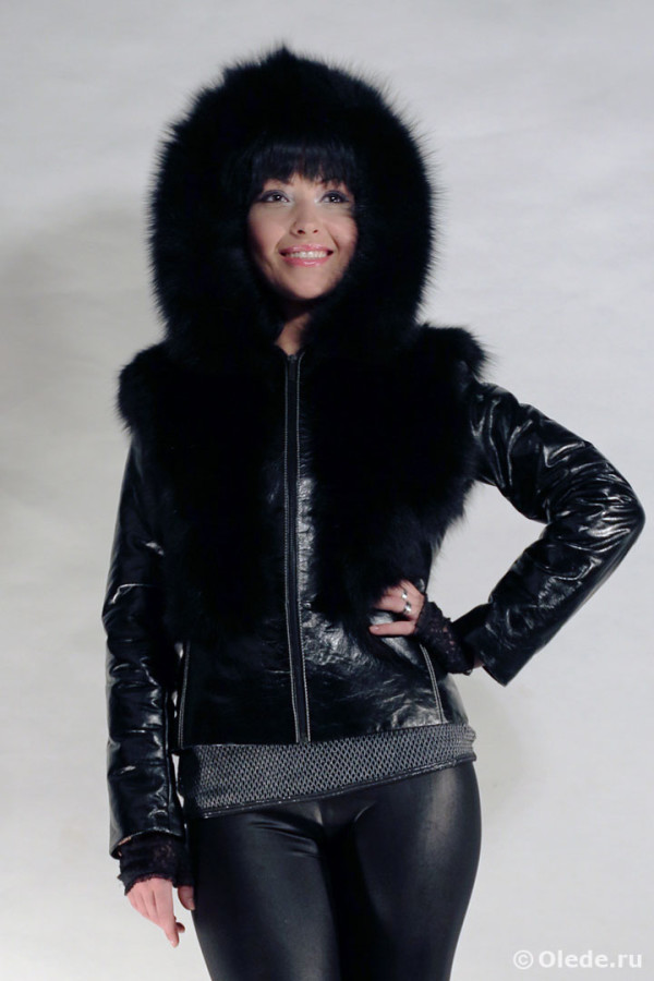 Куртка меховая из черного песца с кожаными рукавами и капюшоном с опушкой