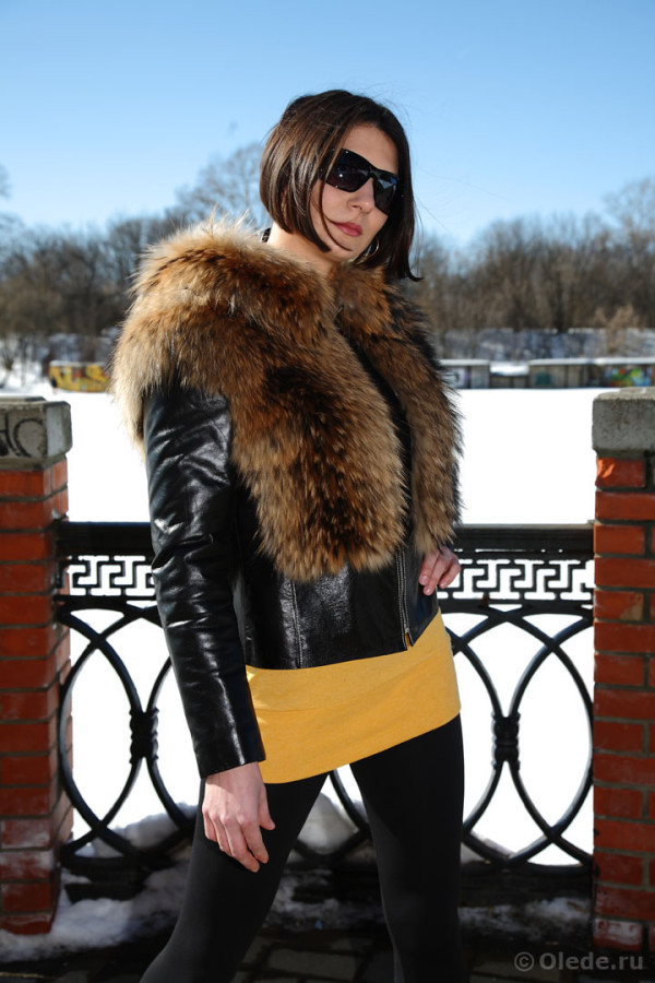 Куртка меховая из енота комбинированная черной кожей с капюшоном на молнии короткая утепленная (4)