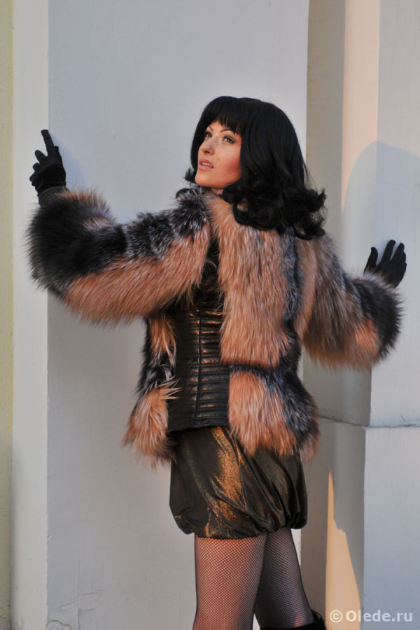 Куртка меховая из обесцвеченной чернобурки с кожаной отделкой воротником стойкой