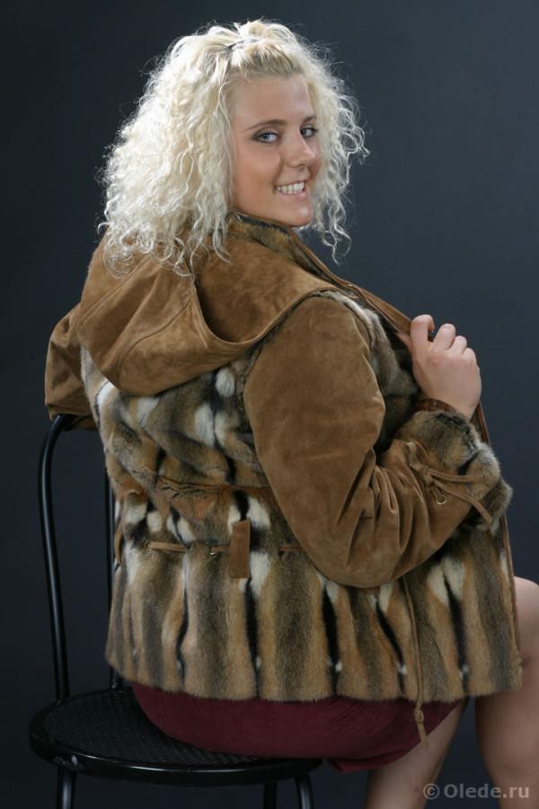 Куртка меховая из ондатры с отделкой из замши с капюшоном