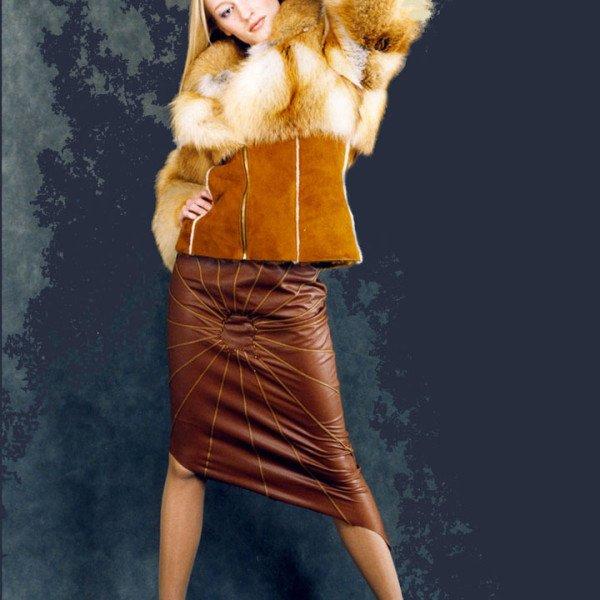 Куртка меховая из рыжей лисы с кожаными рукавами и капюшоном с меховой опушкой