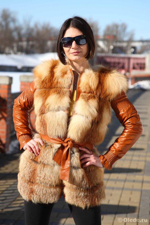 Жилетка-куртка меховая из рыжей лисы с кожаными отстегивающимися утепленными рукавами на скрытых молниях удлиненная с поясом 1
