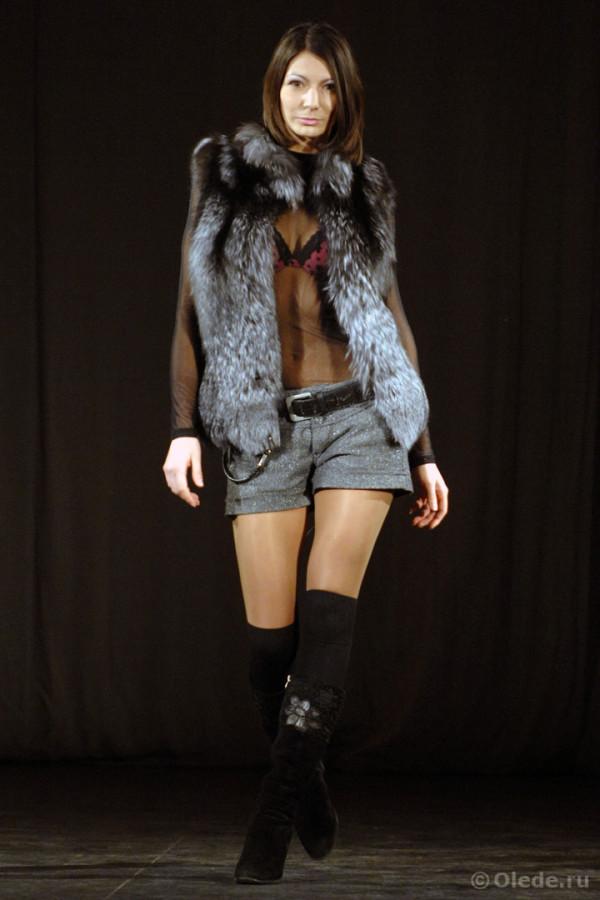 Жилетка меховая из лисы чернобурки серебристо-черной с воротником стойкой