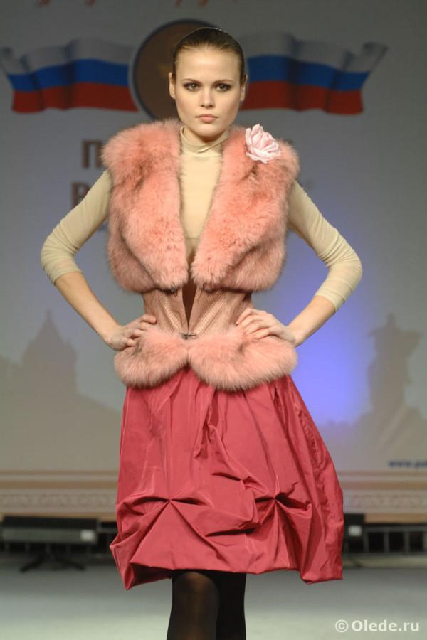 Жилетка меховая из розового песца с кожаным корсетом