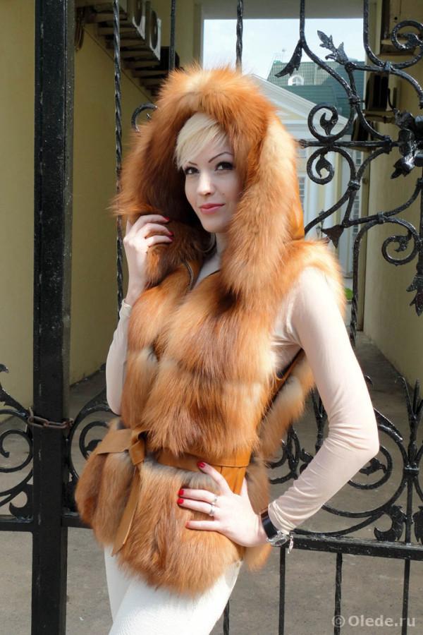Жилетка меховая из рыжей финской лисы огневки с капюшоном и кожаным поясом